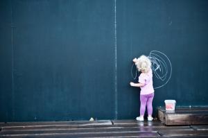 petite fille et tableau noir